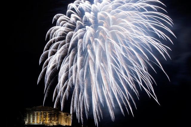 Pháo hoa rực sáng trên bầu trời đền Parthenon tại Athens, Hy Lạp (Ảnh: Reuters)