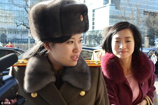 Cô Hyon Song-wol (trái) (Ảnh: EPA)