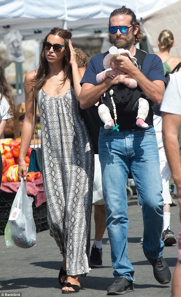 Cặp đôi Bradley Cooper - Irina Shayk nổi bật khi đi chợ tại Los Angeles ngày 4/8 vừa qua. Bạn bè tài tử phim Lính bắn tỉa tiết lộ, mối quan hệ của Bradley và Irina tốt hơn nhiều từ khi con gái của họ chào đời