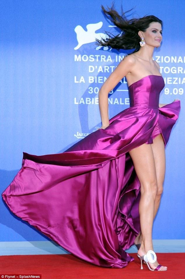 Isabeli Fontana rạng rỡ và sexy dự LHP Venice ngày 1/9 vừa qua
