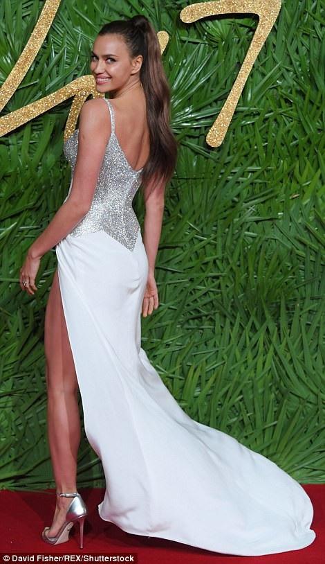 Rita Ora khoe ngực khủng trên thảm đỏ lễ trao giải thời trang - 28