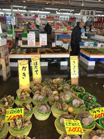 Đến thăm chợ cá với hàng chục loại hải sản tươi rói