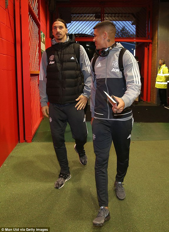 Ibra và Rojo tiến vào Old Trafford, cả hai đều chưa thi đấu ở mùa giải năm nay