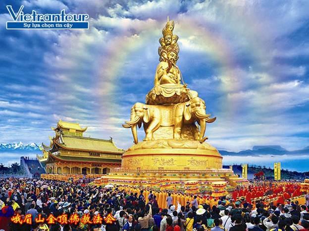 Phổ Hiền Bồ Tát tỏa ánh hào quang trên đỉnh núi Nga Mi cao 3.099m