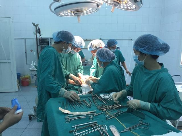 Các bác sỹ BVHNĐK Nghệ An tiến hành phẫu thuật cho anh Thành hơn 2 tháng trước.