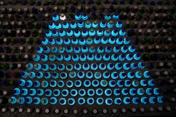 Các chai nhựa với đủ màu sắc bắt mắt tạo điểm nhấn tuyệt đẹp