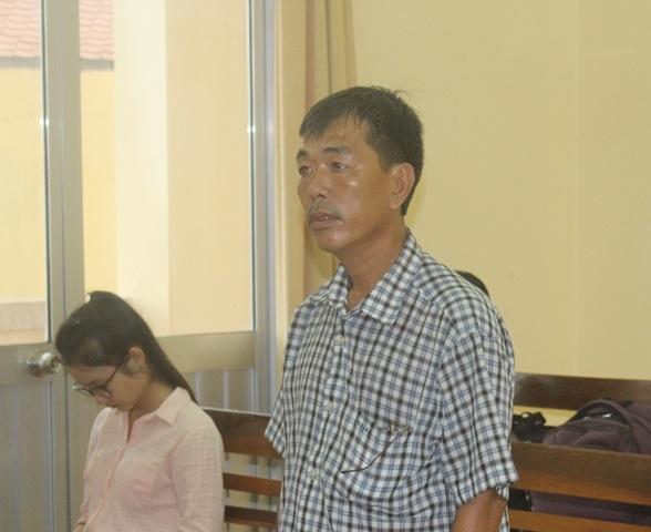 Ông Nguyễn Thiện Trí (chồng bệnh nhân Hứa Cẩm Tú), đại diện cho bên nguyên đơn tại phiên tòa sơ thẩm.