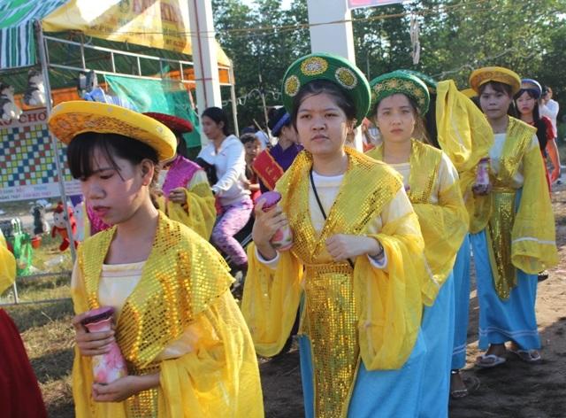 Những thiếu nữ xúng xính mũ áo cùng cúng tế.