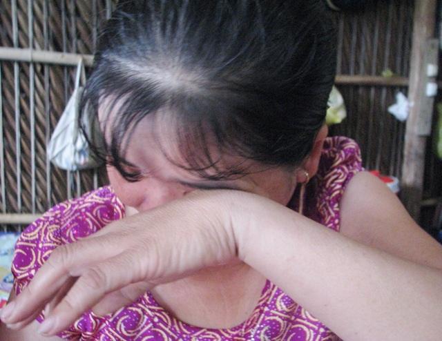 Mỗi khi nói đến bệnh tình của mình và con trai, chị Cúc lại khóc nức nở vì không biết lấy đâu ra tiền mà trị bệnh.