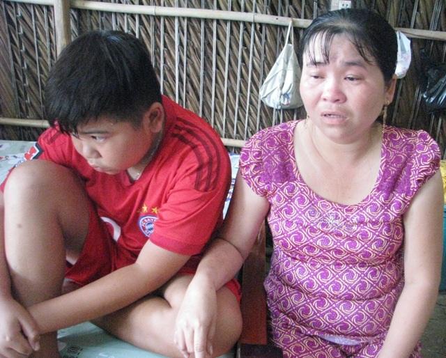 Chị Cúc bị bệnh thần kinh nhẹ, còn cháu Khang bị chứng hội chứng thận hư.
