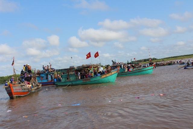 Các tàu cá đi từ đất liền ra cửa biển để rước Ông vào lăng tế lễ.