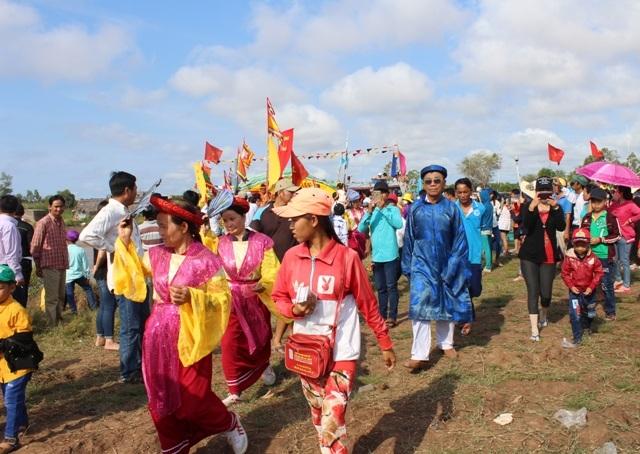 Rất đông người dân đổ về dự lễ hội Nghinh Ông ở Bạc Liêu ngày mồng 9 tháng Giêng.