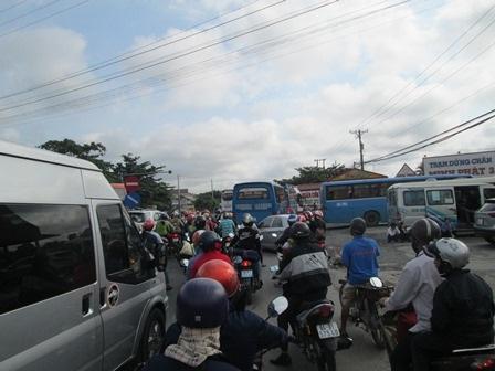 Nhiều phương tiện di chuyển khá chậm ở địa phận tỉnh Tiền Giang