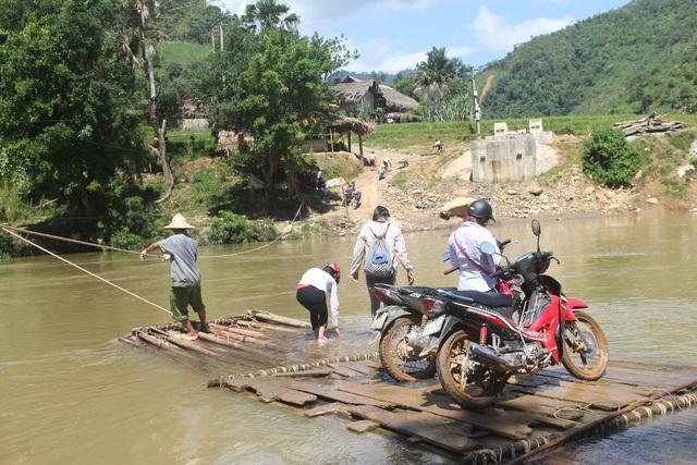 Không có cầu, mỗi ngày người dân vẫn phải liều mạng qua sông trên chiếc bè đã mục nát