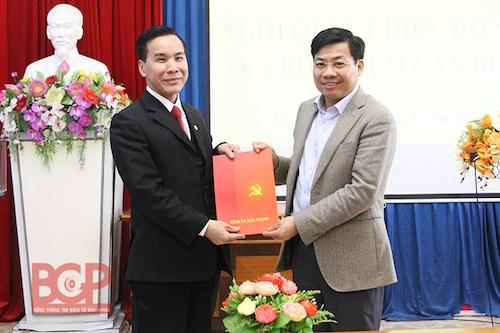 Ông Trần Quang Tấn (ảnh trái) nhận Quyết định giữ cương vị Giám đốc Sở Công thương tỉnh Bắc Giang sau nhiệm kỳ làm Chủ tịch UBND huyện Lục Ngạn (Ảnh: Cổng thông tin điện tử tỉnh Bắc Giang).