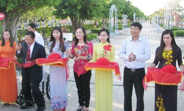 Lãnh đạo tỉnh Bạc Liêu cùng các đại biểu cắt băng khai mạc triển lãm ảnh kỷ niệm 42 năm giải phóng miền Nam, thống nhất đất nước.