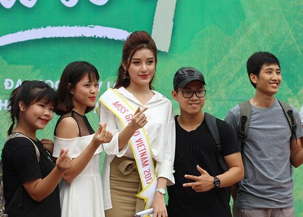 Mang giày cao gót, Á hậu Huyền My vui vẻ nhảy flashmob cùng sinh viên - 2
