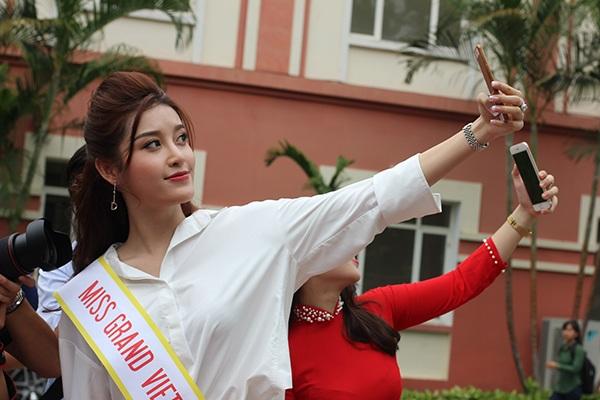 Huyền My chụp ảnh selfie cùng với các bạn sinh viên