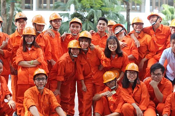 Mang giày cao gót, Á hậu Huyền My vui vẻ nhảy flashmob cùng sinh viên - 7