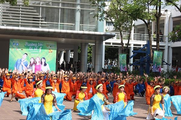 Sinh viên Xây dựng sáng tạo với màng flashmob mặc trang phục nghề nghiệp