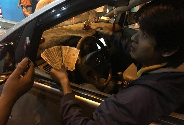 Đêm qua nhiều tài xế cố tình trả dư một trăm đồng và yêu cầu nhân viên thu phí thối đủ mới qua trạm