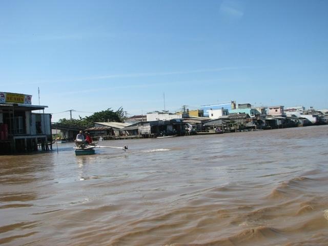 Cà Mau có nhiều con sông lớn nước chảy rất mạnh, nên phần nào ảnh hưởng đến những phần đất ven sông, đặc biệt là khu vực đông dân cư.