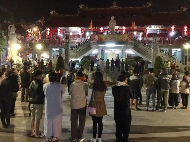 Gần 2 giờ sáng ngày mùng 1 Tết Đinh Dậu, nhưng lượng người đổ về chùa vẫn đông