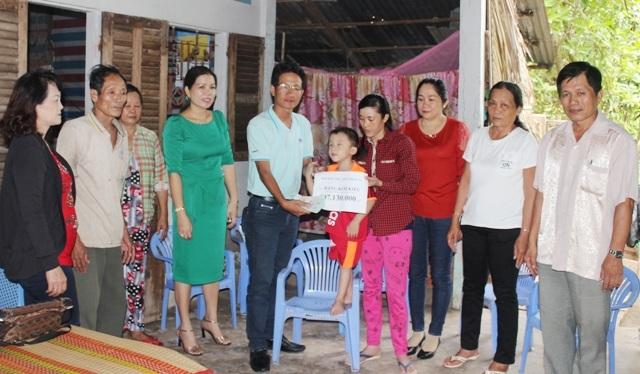 PV Dân trí trao tiền bạn đọc đến gia đình cháu Nguyễn Đức Trung trước sự có mặt của đại diện lãnh đạo chính quyền địa phương.