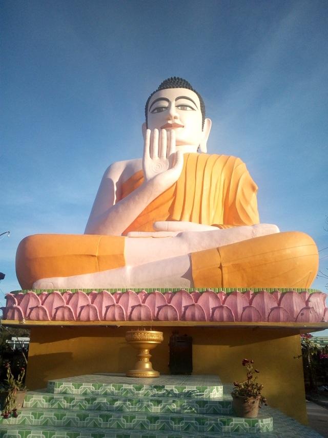 Bức tượng Phật ngồi rất ấn tượng ở chùa Khmer.