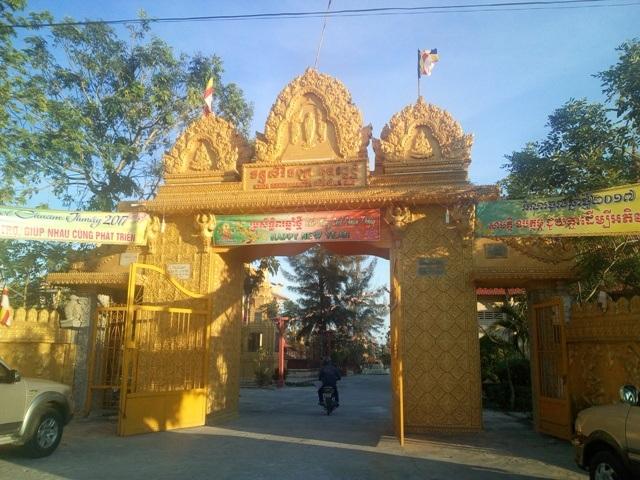 Cổng chính vào chùa SereyVongsa nhìn từ quốc lộ 1A.