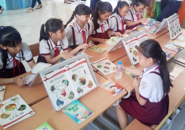 Nhiều học sinh hăng hái tham gia và đọc sách tại Hội Sách Bạc Liêu 2017.