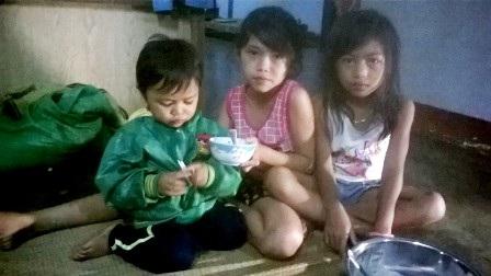Người chồng cùng 3 đứa con thơ đang lo lắng bất lực trước bệnh tật của H Yiao