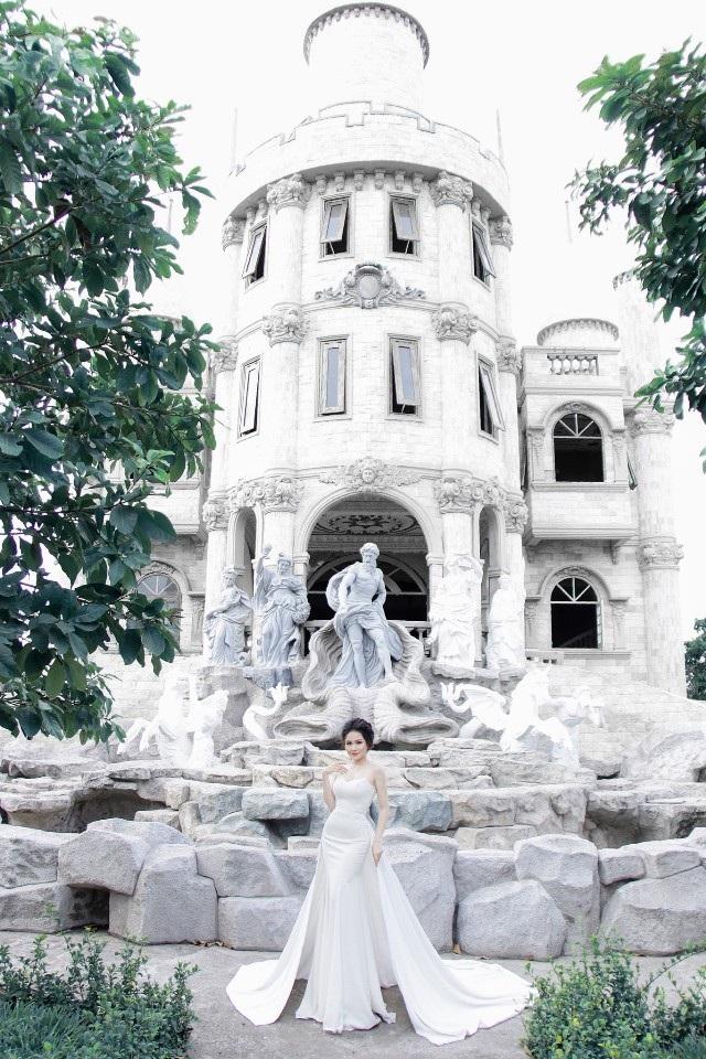 Nữ sinh Hồ Thị Ngọc Hương đẹp rạng rỡ trong bộ đầm trắng. Bộ ảnh được thực hiện ngay tại khuôn viên trường ĐH mà cô nàng đang theo học.