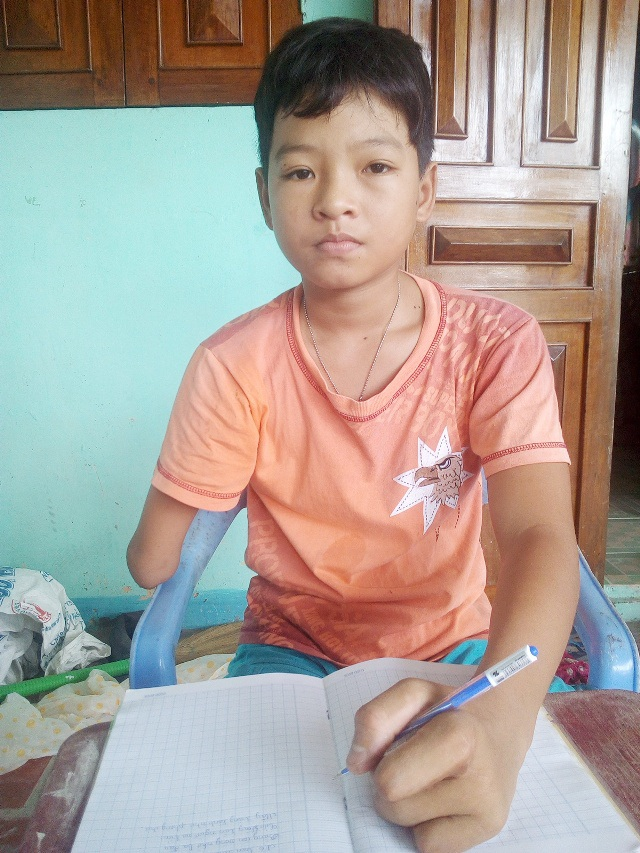 Dù bị khuyết tật nhưng Thuận là một cậu học sinh rất có nghị lực, khi nhiều năm liền là học sinh khá giỏi.