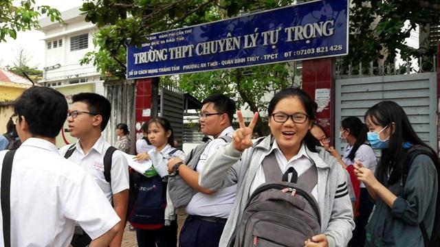 Các thí sinh vui vẻ khi kết thúc môn thi của ngày thi đầu