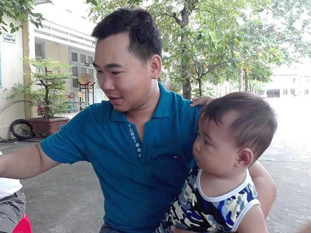 Cha con anh Phước ở cổng hội đồng thi chờ vợ