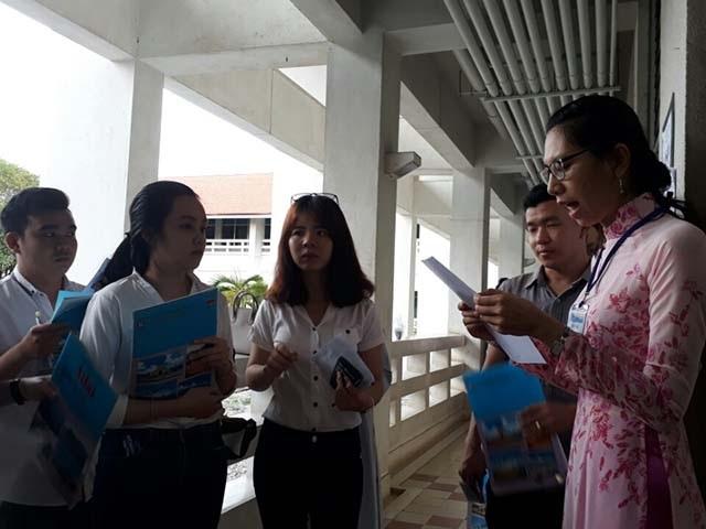 Các thí sinh ở Hội đồng khoa Nông nghiệp ĐH Cần Thơ bước vào phòng thi môn đầu tiên của sáng nay. (Ảnh: Phạm Tâm)