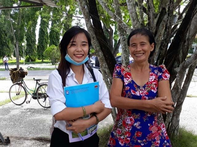 Cả thí sinh và phụ huynh đều cười tươi khi kết thúc 2 môn thi cuối cùng Sử, Địa. (Ảnh: Phạm Tâm)