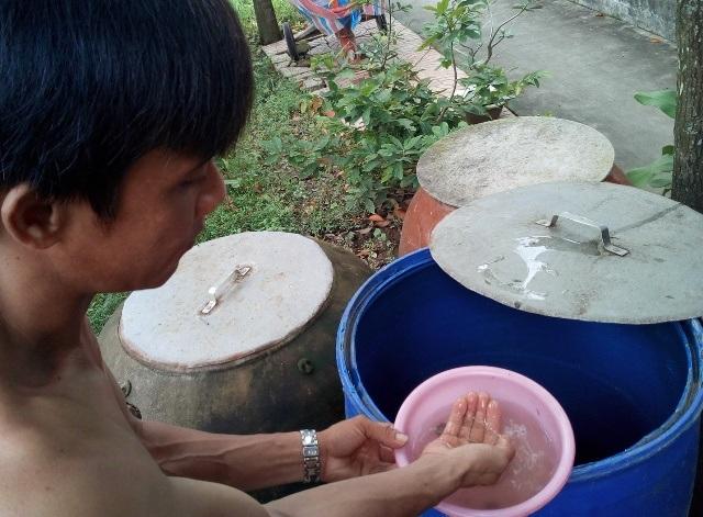 Người dân cần chủ động trong việc phòng, chống bệnh sốt xuất huyết bằng cách diệt lăng quăng, muỗi trong các vật dùng chứa nước. (Ảnh minh họa)