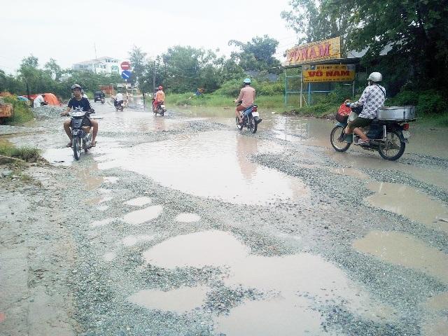 Tuyến đường Cao Văn Lầu được người dân ví von là Con đường đau khổ.