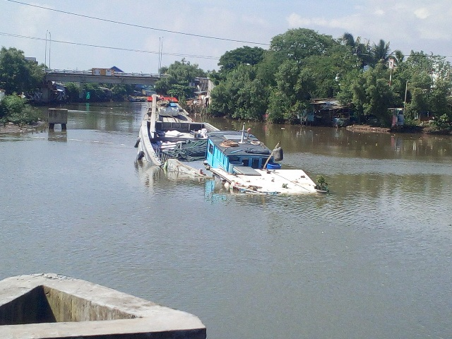 Chiếc ghe chở hơn 100 tấn vôi bột thời điểm bị chìm trên kênh xáng Bạc Liêu - Cà Mau.