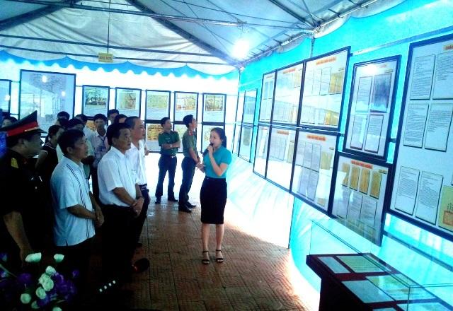 Các đại biểu, người dân nghe thuyết minh về chủ quyền biển đảo Việt Nam tại triển lãm.