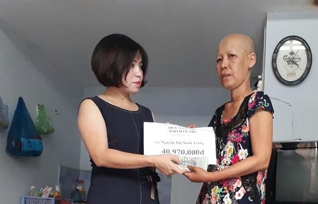 Nhà báo Phạm Tâm - Phó trưởng Đại diện báo Dân trí tại Cần Thơ trao số tiền của bạn đọc Dân trí hỗ trợ trong tuần 1 tháng 8