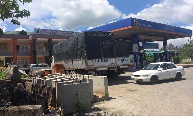 Trung tâm điều hành trạm thu phí đang trồng lên một trạm xăng của công ty Xăng dầu Tiền Giang