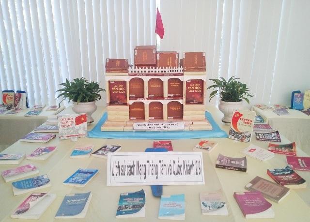Sách về lịch sử cách mạng tháng 8 và Quốc khánh 2/9, với mô hình Nhà hát lớn Hà Nội.