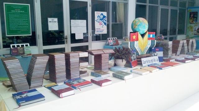Khu vực trưng bày tư liệu về mối quan hệ hữu nghị Việt Nam - Lào, ấn tượng với mô hình sếp chữ tên của 2 nước.