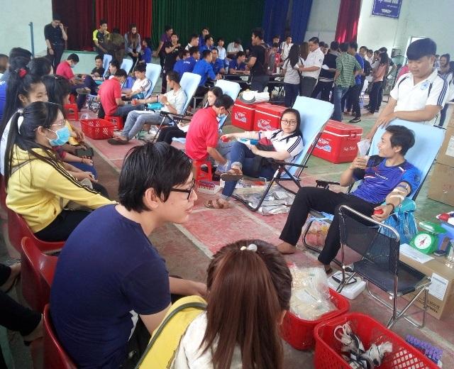 Đông đảo sinh viên Đại học Bạc Liêu tham gia hiến máu tình nguyện.
