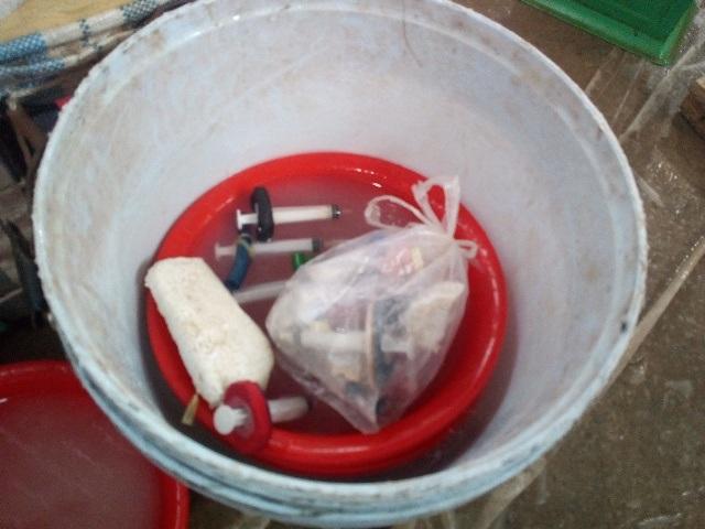 Những dụng cụ dùng để bơm tạp chất vào tôm như ống bơm chích, có cả một hệ thống bơm bằng hơi. (Ảnh trên)