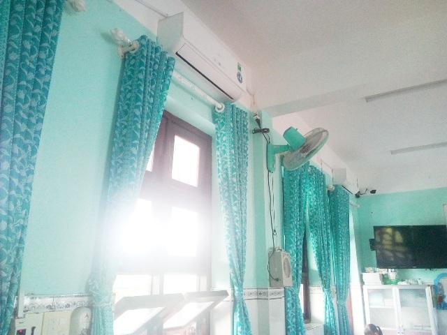 Rất nhiều trang thiết bị trong phòng học bán trú như máy lạnh, màn che, ti vi,... ở trường Tiểu học Trần Phú đều do phụ huynh đóng góp dưới hình thức vận động của nhà trường.