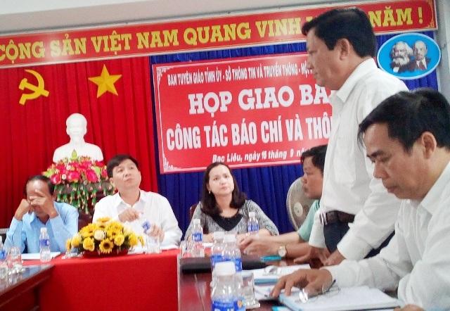 Ông Nguyễn Minh Tùng - Phó Giám đốc Sở Y tế tỉnh Bạc Liêu (người đứng) nói về vụ bệnh nhân bị cưa chân.